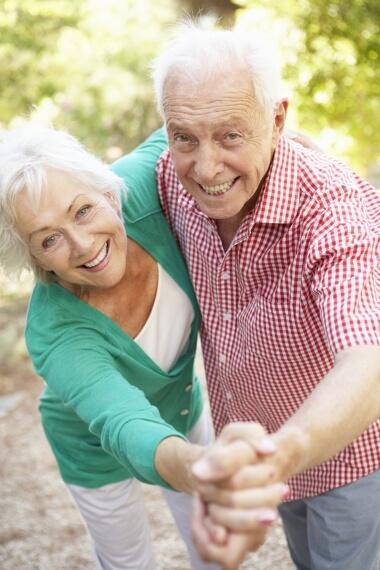 Älteres Paar glücklich beim Tanzen