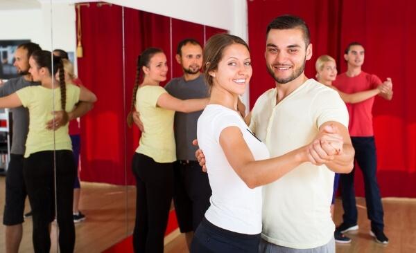 Glückliche Tanzpaare beim Unterricht